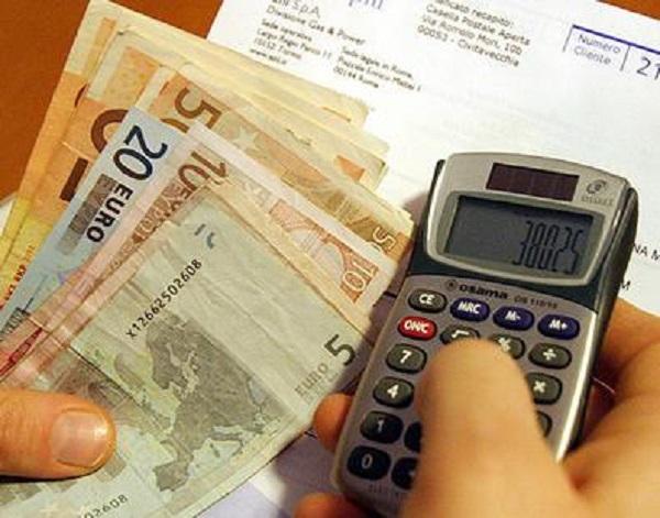 Istat: aumenta il reddito delle famiglie ma si risparmia meno