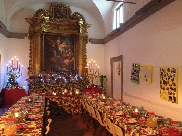 la grande tavola imbandita nel giorno di natale 2014 al punto ristoro sociale comune-caritas san lorenzo in pg