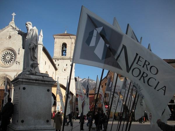 Bandiera spiegata Nero Norcia 1