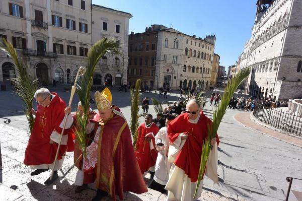 perugia, domenica delle palme, ingresso processione in cattedrale guidata dal card. bassetti. foto giancarlo belfiore
