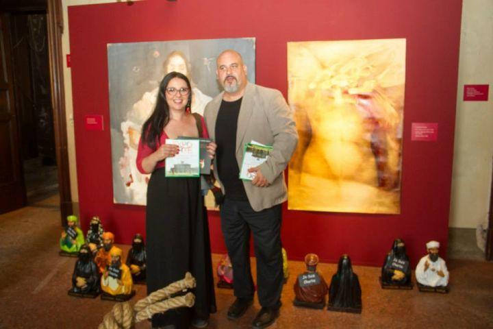 expo arte italiana - Catia Monacelli e Piergiuseppe Pesce durante l_inaugurazione di fronte all_istallazione _Je suis Charlie_