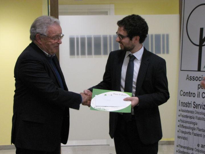 Professore Maurizio Tonato premia Marco Filetti