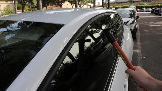 ladri sfondano vetro auto
