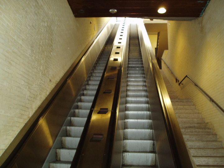 ... , incastrato nelle scale mobili: paura per un bimbo  Umbria Domani