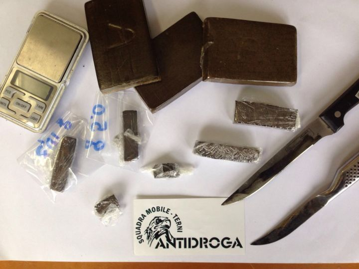 La droga e i coltelli sequestrati al minore