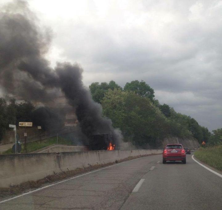 autocarro a fuoco incendio casello orte