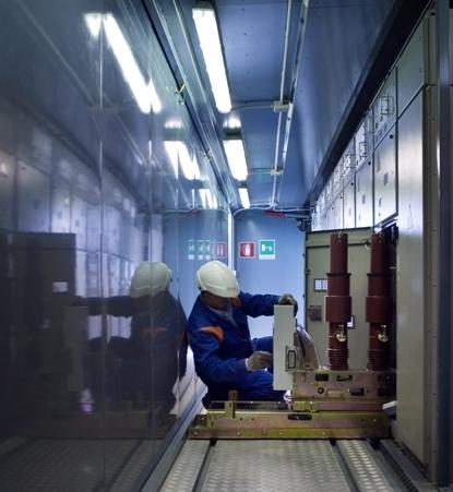 ARCHIVIO FOTOGRAFICO INTERNAZIONALE ENEL ENEL INTERNATIONAL PHOTOGRAPHIC ARCHIVE  Latina (Italia), marzo 2007: Un tecnico nella Cabina Primaria di distribuzione San Michele