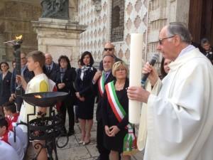 foto fiaccola e cero sul sagrato cattedrale perugia