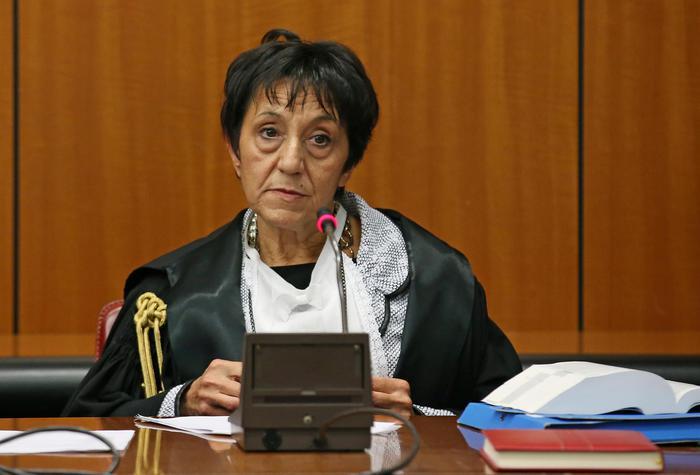 """La presidente del tribunale Rosanna Ianniello durante la prima udienza del processo """"Mafia Capitale"""" presso l'aula Occorsio del Tribunale di Roma , 5 novembre 2015. ANSA/ALESSANDRO DI MEO"""