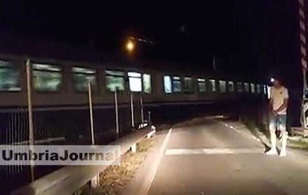 treno-passa-con-sbarre-alzate-678x381