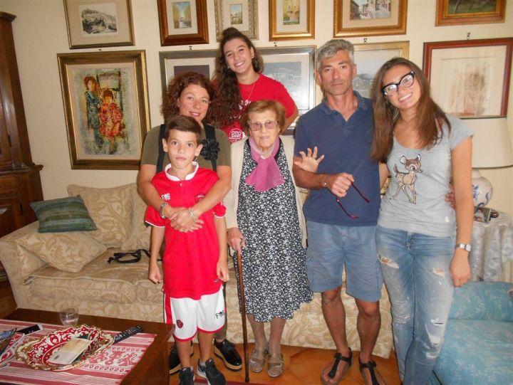 Nonna Fausta 99 anni con nipoiti e pronipoti 001 (Medium)