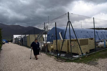 Il campo bagnato dalla pioggia dove sono raccolti gli sfollati ai Norcia, 6 novembre 2016. ANSA/CROCCHIONI