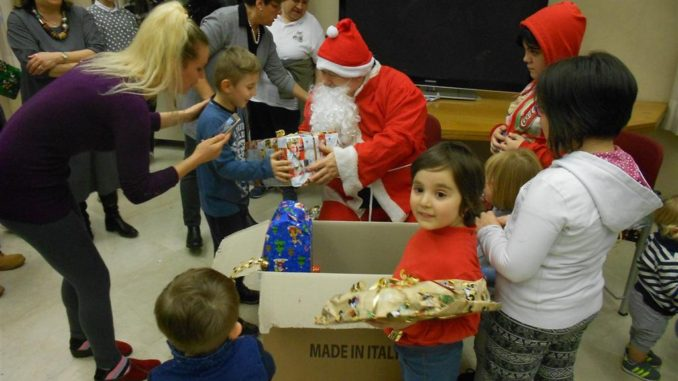 Perugia babbo natale porta i doni ai bambini terremotati - Babbo natale porta i regali ai bambini ...