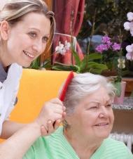 l-infermiera-pettina-i-capelli-di-un-anziano-27171907