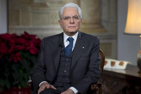 Il presidente della Repubblica, Sergio Mattarella, a margine del suo messaggio di fine anno dal Palazzo del Quirinale, Roma, 31 dicembre 2016. ANSA/UFFICIO STAMPA QUIRINALE-PAOLO GIANDOTTI +++ ANSA PROVIDES ACCESS TO THIS HANDOUT PHOTO TO BE USED SOLELY TO ILLUSTRATE NEWS REPORTING OR COMMENTARY ON THE FACTS OR EVENTS DEPICTED IN THIS IMAGE; NO ARCHIVING; NO LICENSING +++