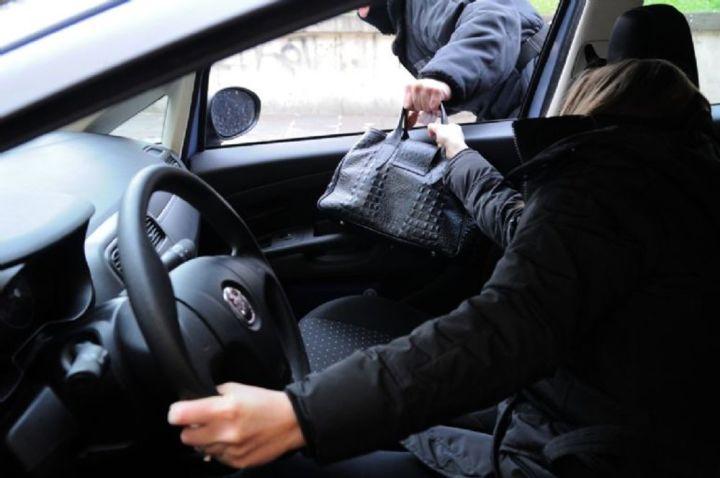 Furto in appartamento, i ladri utilizzano le chiavi di casa lasciate in auto