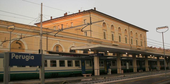 1200px-Stazione-perugia