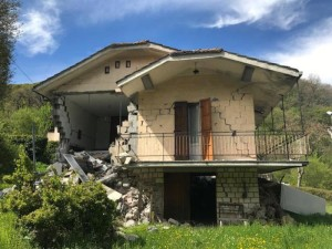 Una casa distrutta dalle scosse di terremoto del 26 e 30 ottobre 2016. Ussita (Macerata), 3 maggio 2017. ANSA/ GIALUIGI BASILIETTI