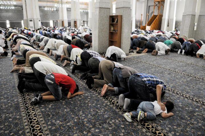 Foto LaPresse 08-08-2013 Roma Cronaca Termina oggi la festività islamica del Ramadan, fedeli in preghiera alla Moschea di Roma