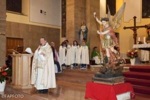 Il Parroco Don Maurizio Saba e la statua di San Michele Arcangelo