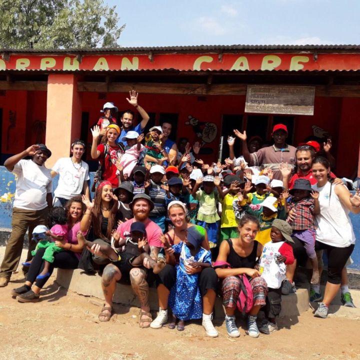 i dieci giovani perugini in missione tra i loro piccoli e grandi amici di uno dei cinque asili OrphanCare