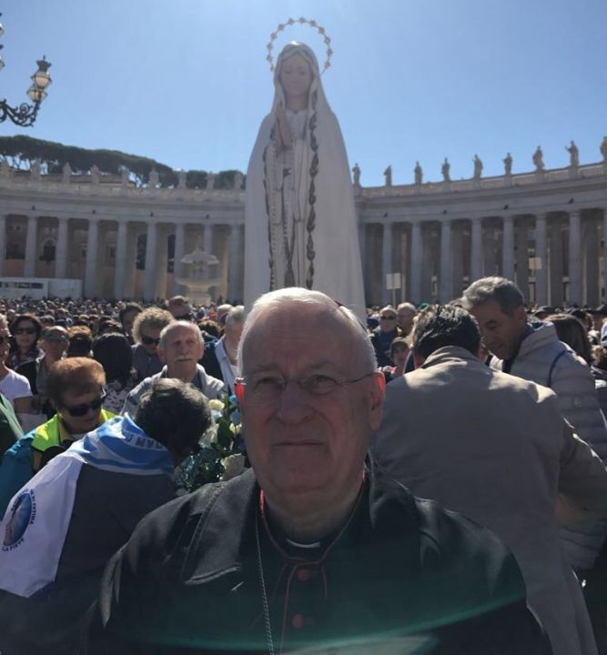 il card bassetti in piazza san pietro, davanti alla statua della madonna, in attesa dell'angelus di papa francesco