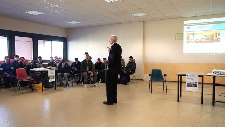 Carlo Menichini parla agli studenti