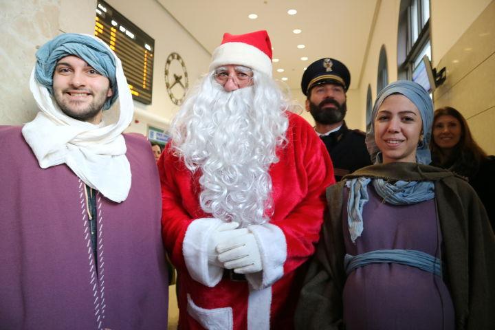 Babbo Natale insieme alla natività