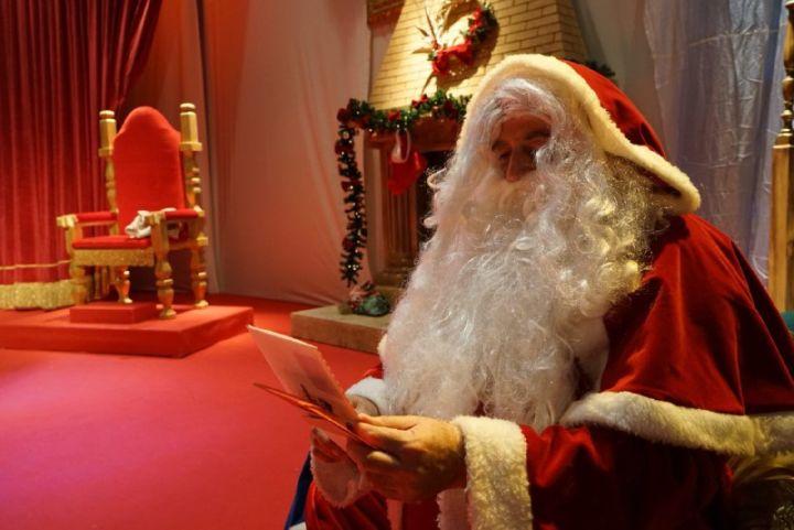 babbo Natale legge le letterine