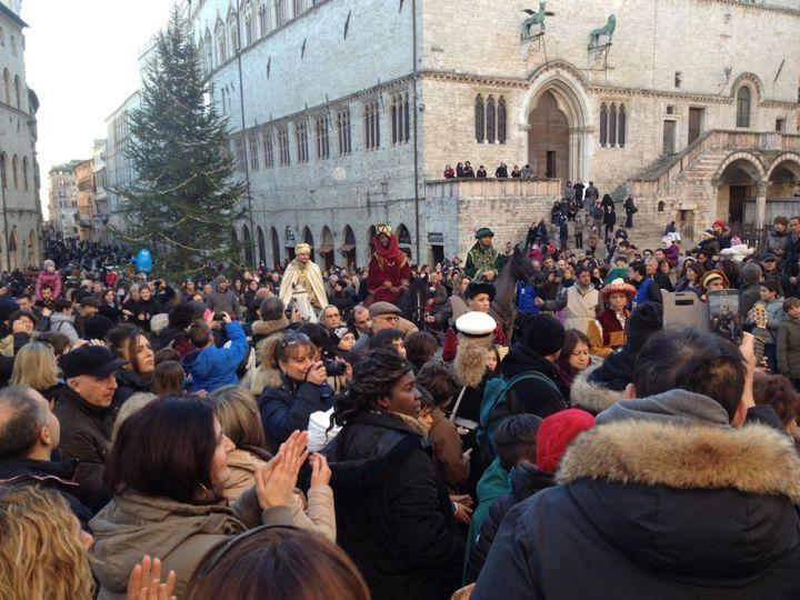 arrivo re magi a cavallo davanti cattedrale san lorenzo di perugia