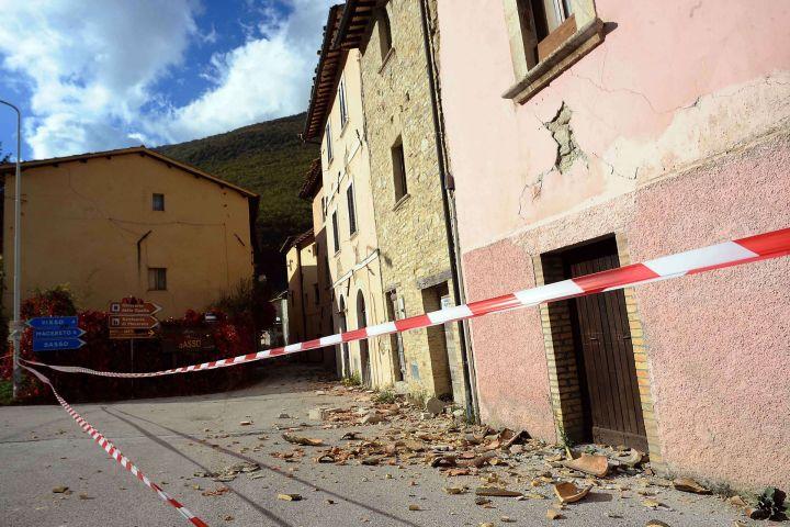 Case inagibili ad Ussita (Macerata) uno dei comuni più colpiti dal sisma del 26 ottobre. (Lapresse)