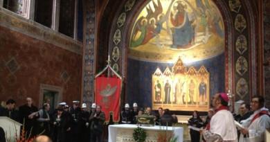 san costanzo 2018, in preghiera davanti all'urna con i resti mortali del patrono posta sull'altare della basilica