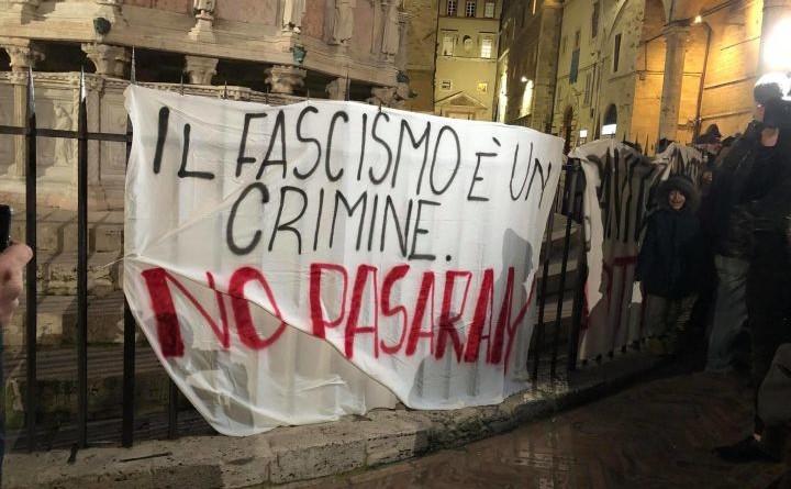 """Elezioni, accoltellati due militanti di """"Potere al Popolo"""". Scatta il presidio antifascista. Casa Pound: """"Noi gli aggrediti"""". Le istituzioni si mobilitano"""
