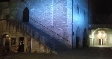 Palazzo dei Consoli illuminato di blu