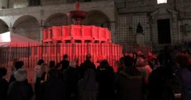 perugia, la fontana si tinge di rosso per i martiri in medio oriente f1
