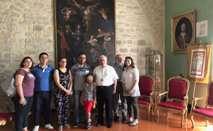 card bassetti con le due famiglie siriane e coniugi pecetti dir caritas pg