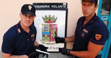 Perugia, la volante controlla un'auto con due stranieri: a bordo tre coltelli