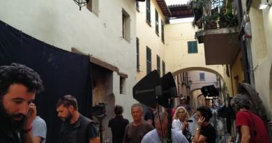 Copperman_troupe in via Nuova_davanti casa di Anselmo protagonista del film