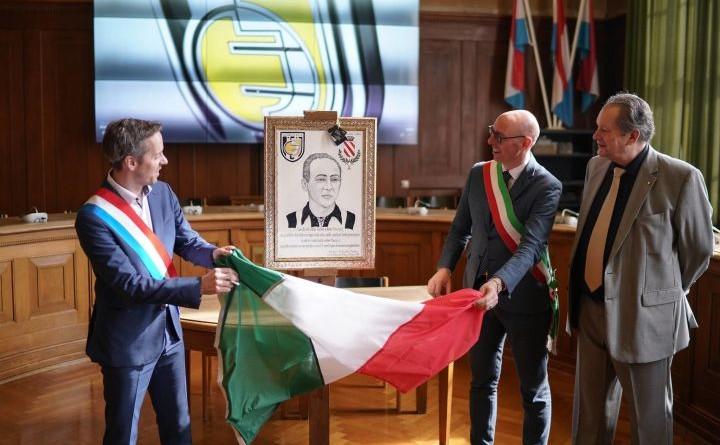 Il Sindaco di Gualdo Tadino, Il sindaco di Esch ed il Presidente della Jeuneasse scoprono il pannello ceramico (1)