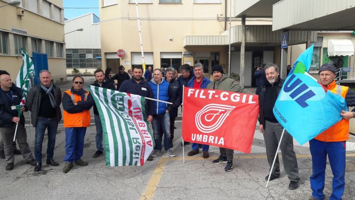 Il presidio dei sindacati davanti la Omc Foligno
