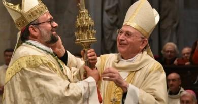 il perugino mons. giulietti mentre riceve il pastorale dal predecessore mons. italo castellani