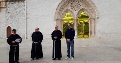 Assisi: Giornata mondiale del migrante, coperte termiche su Basilica San Francesco
