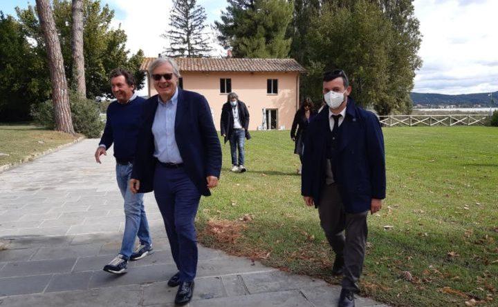 """Vittorio Sgarbi """"stregato"""" dalla Polvese, full immersion del critico nell'Isola del Trasimeno"""