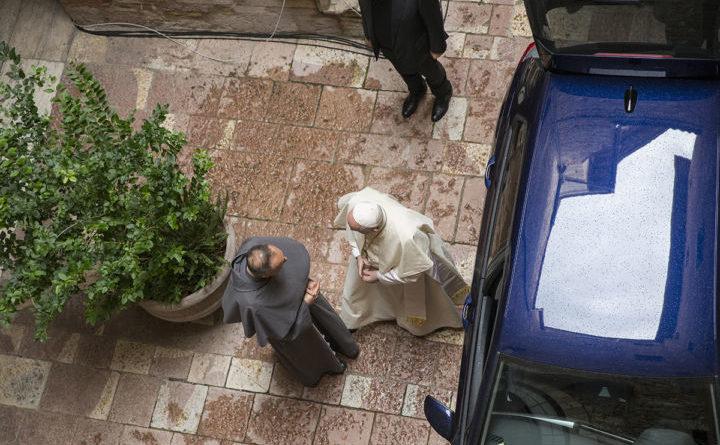 Papa Francesco ad Assisi ha firmato enciclica. Fedeli con la mascherina
