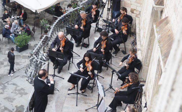 """Perugia """"RisuonaItalia"""", dalla terrazza di Palazzo Baldeschi le note dell'Inno alla Gioia in simultanea con altre 50 piazze d'Italia"""