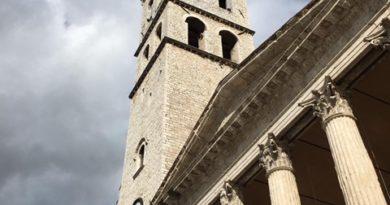 Assisi, la Torre Civica si colora di rosa per la campagna contro il tumore al seno