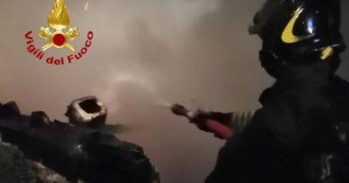 Gubbio, incendio su rimessa, locale completamente distrutto
