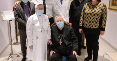 Perugia, il cardinale Gualtiero Bassetti, dimesso dall'ospedale, ritorna a casa